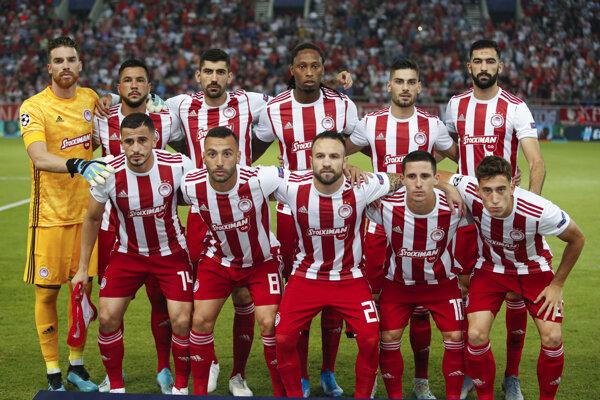ráči Olympiakosu pózujú pred začiatkom zápasu B-skupiny Olympiakos Pireus - Tottenham Hotspur 1. kola skupinovej fázy Ligy majstrov v Pireuse 18. septembra 2019.