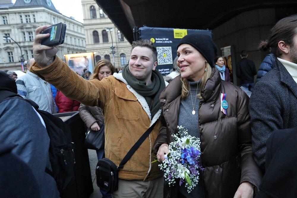 Ľudia zastavujú Dagmar Havlovú.