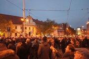 Ľudia svietia mobilmi počas koncertu Tublatanky.
