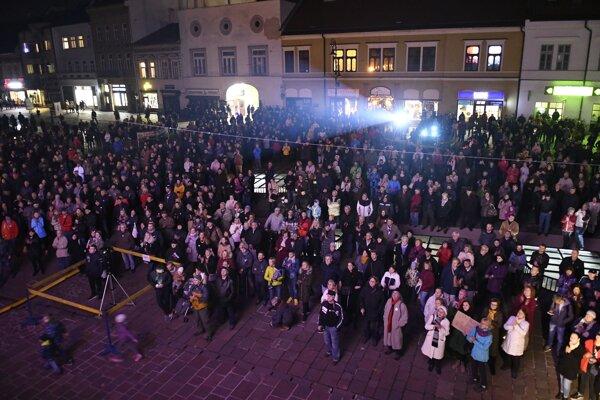 Na stretnutie k Novembru 1989 prišlo do centra Košíc asi 1 500 ľudí.