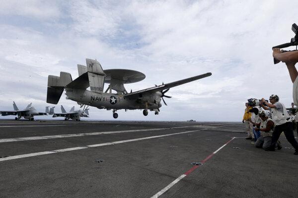 Lietadlo včasnej výstrahy E-2D Hawkeye amerických námorných síl pristáva na palube lietadlovej lodi USS Ronald Reagan počas rutinnej hliadkovacej plavby v Juhočínskom mori 6. augusta 2019.