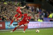 Connor Roberts (vľavo) a Gareth Bale počas kvalifikačného zápasu na EURO 2020.