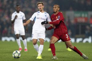 Patrik Hrošovský (vľavo) a hráč Liverpoolu Fabinho v zápase skupiny E Ligy majstrov FC Liverpool - Genk.