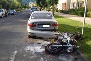 Motocykel po náraze do audi vrazil do vozidla daewoo.