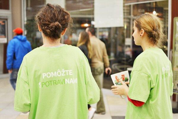 Dobrovoľníci zbierajú potraviny pre ľudí v núdzi.