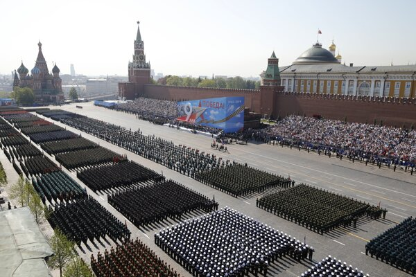 Ruskí vojaci pochodujú počas nácviku na vojenskú prehliadku k 74. výročiu víťazstva nad fašizmom v Moskve 7. mája 2019.