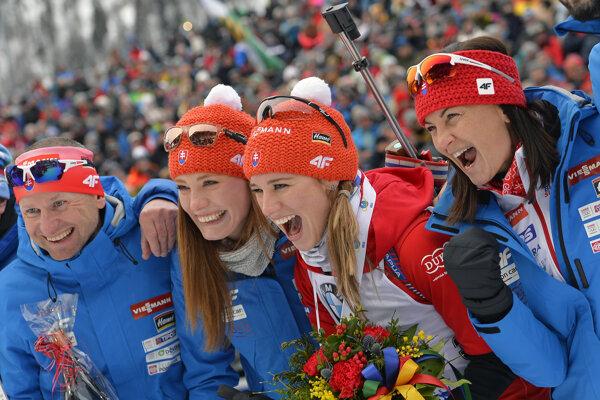 Tréneri Martin Bajčičak a Anka Murínová so sestrami Ivonou (druhá zľava) a Paulínou Fialkovými.