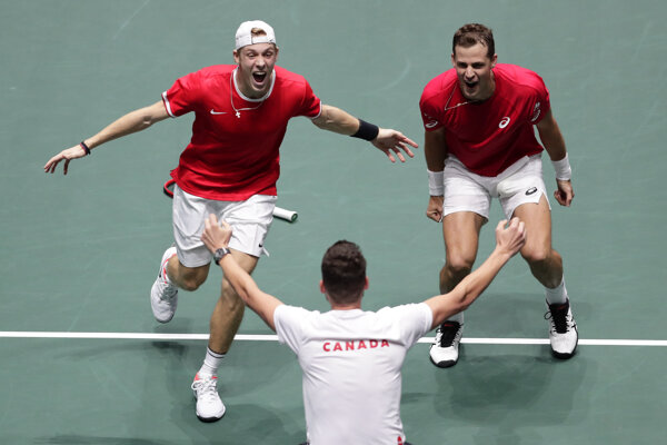 Vasek Pospisil (vpravo) a Denis Shapovalov sa tešia z postupu do semifinále Davis cupu.