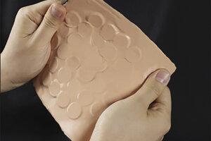 Umelá koža, ktorá dokáže prenášať dotyky.