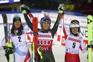 Zľava Wendy Holdenerová, Mikaela Shiffrinová a Katharina Truppeová na prvých troch miestach slalomu v Levi.