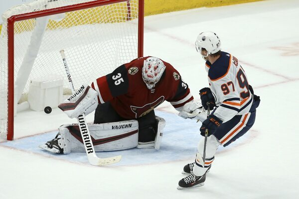 Center Edmontonu Oilers Connor McDavid prekonáva brankára Arizony Coyotes Darcyho Kuempera.