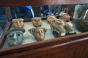Drevené a hlinené masky vystavené v Stupňovitej pyramíde v egyptskej dedine Sakkára.