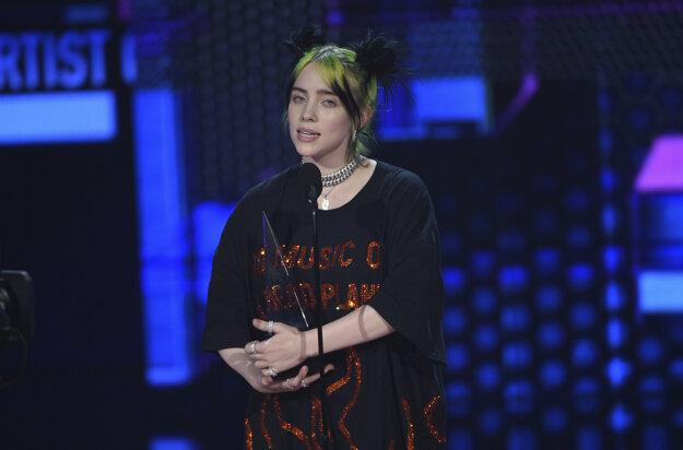 Speváčka Billie Eilish po prevzatí ceny pre nováčika roka. Zaujala tričkom s nápisom No Music on a Dead Planet.