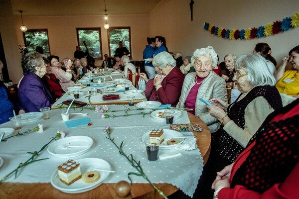 Osamelých dôchodcov potešia vianočné darčeky.