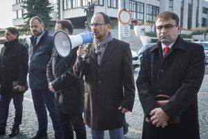 Sprava: Primátor Krupiny Radoslav Vazan, primátor Šiah Štefan Gregor, starosta Dobrej Nivy Milan Jakubík.