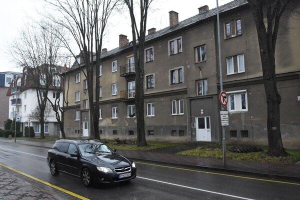 Bytový dom na Hviezdoslavovej ulici v Poprade, kde našli doma s bodným poranením brušnej dutiny prokurátora Okresnej prokuratúry v Poprade.