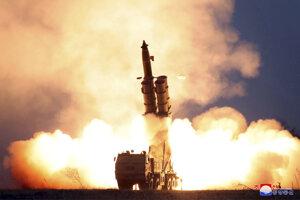 Fotografia, ktorú v piatok poskytla severokórejská vláda. Tvrdí, že fotografia ukazuje skúšku veľkého raketometu.