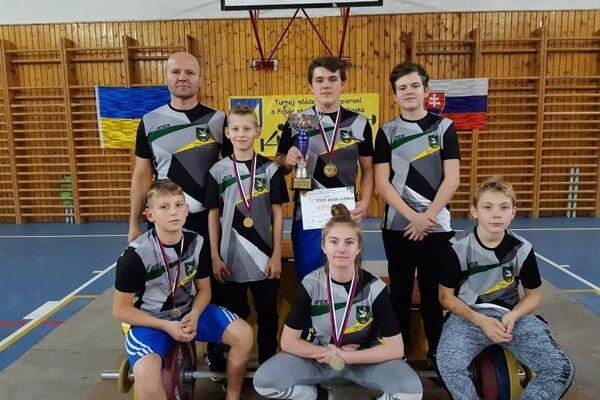 Víťazné družstvo vzpieračov z Krásna nad Kysucou.
