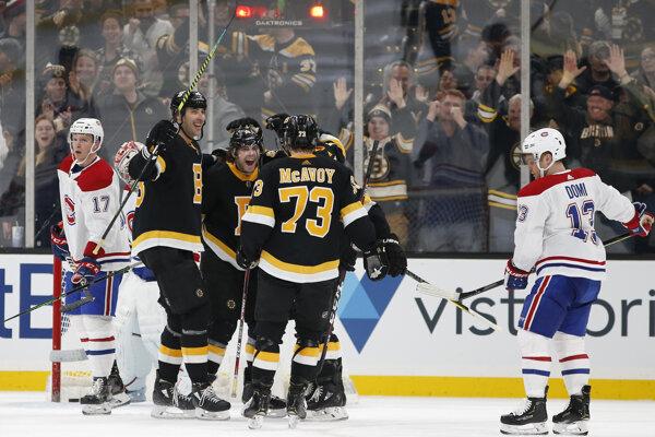 Zdeno Chára (druhý zľava) oslavuje triumf v zápase proti Montrealu Canadiens.