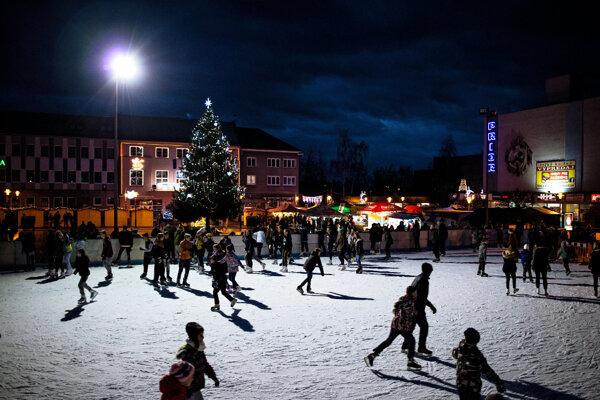 Korčuľovanie na klzisku na prievidzskom námestí bude opäť bezplatné.