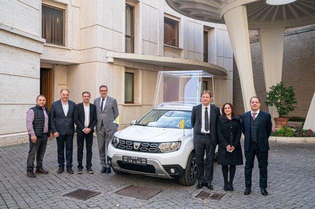 Skupina Renault darovala pápežovi Františkovi nový papamobil - Daciu Duster 4x4