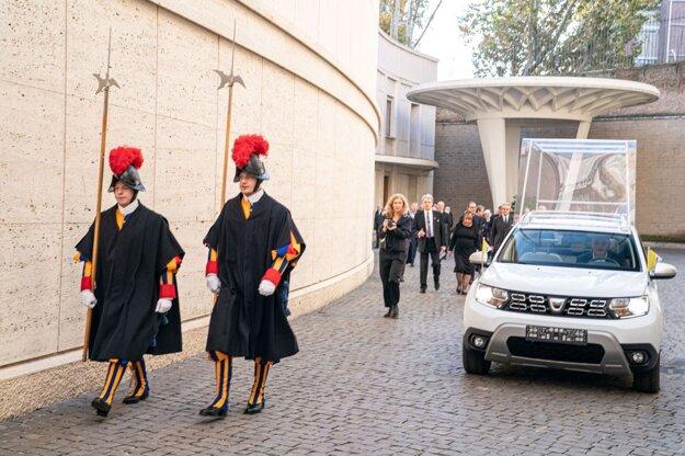 Nový papamobil - Dacia Duster 4x4