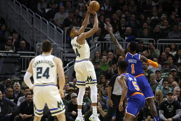 Giannis Antetounmpo v zakončení na kôš Knicks.