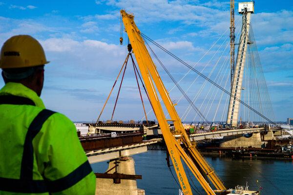 Stavbári pri severomaďarskom Komárome nasadili posledný segment nového cezhraničného mosta medzi Komáromom a Komárnom.