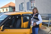 Poštárka Mariana Könyvešová nasadne každý deň v Pukanci do auta, aby rozniesla zásielky do Bohuníc, Jabloňoviec aj Devičian.