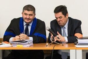 Nespokojný Marian Kočner s advokátom Michalom Mandzákom.