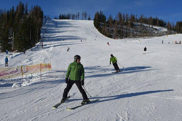 Lyžiari sa spúšťajú po zjazdovke počas prvej lyžovačky v sezóne na svahu Interski.