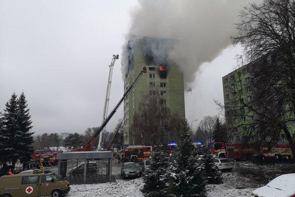 Výbuch a požiar úplne zničili vrchné štyri poschodia bytovky.