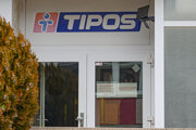 Príslušník polície stráži vstup do budovy štátnej lotériovej spoločnosti Tipos.