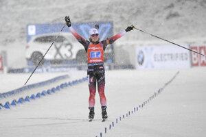 Nórka Marte Olsbu Roiselandová v cieli prvých štafetových pretekov novej sezóny Svetového pohára v biatlone vo švédskom Östersunde.