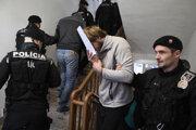 Jeden z trojice obvinených mužov z tragického výbuchu plynu na Mukačevskej ulici, pred pojednávacou sieňou na Okresnom súde v Prešove.