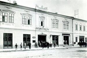 Dom pravonotára Ambróza Pivku (tam, kde je nápis Sporiteľňa) a vedľa je dom Jozefa Fábryho.