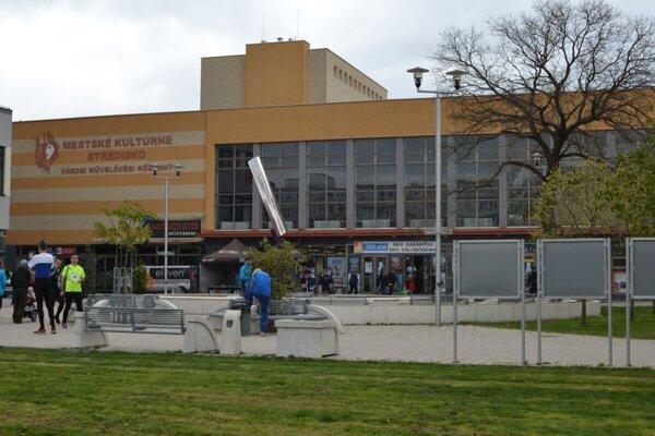 Platené parkovanie počas týždňa bude platiť aj pre návštevníkov kultúrneho strediska.