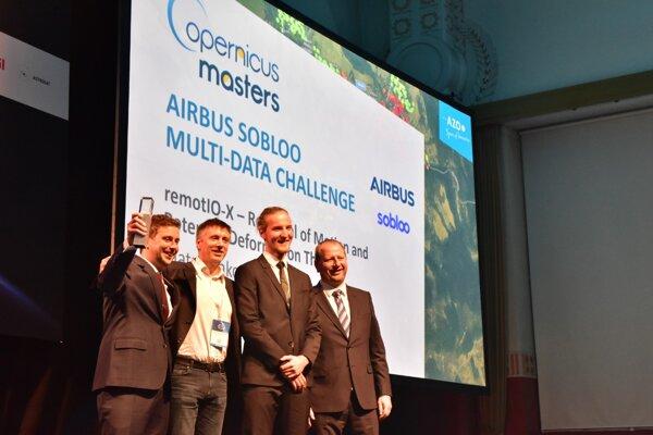 Tím projektu remotIO-X počas odovzdávania ocenenia v súťaži Copernicus Masters 2019.