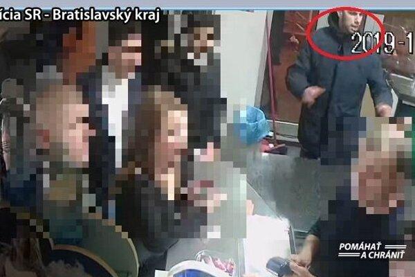 Polícia pátra po mužoch, ktorí boli zachytení kamerovým systémom a svojimi informáciami by mohli prispieť k objasneniu tohto prípadu.