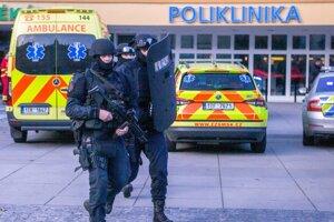 Polícia pred nemocnicou v Ostrave, kde došlo k útoku.