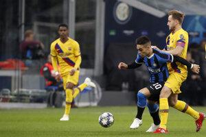Lautaro Martinez (druhý zľava) v súboji s Ivanom Rakitičom v zápase Ligy majstrov 2019/2020 Inter Miláno - FC Barcelona.