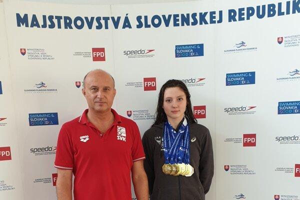 Miriama Szászová s medailami po boku svojho trénera Michala Knihára