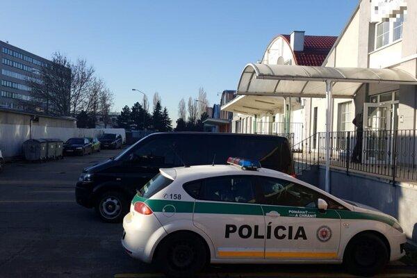 Policajti NAKA zasahujú v Bratislave.