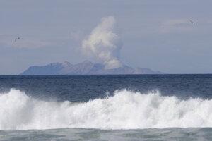 Dym stúpa z novozélandskej sopky White Island.