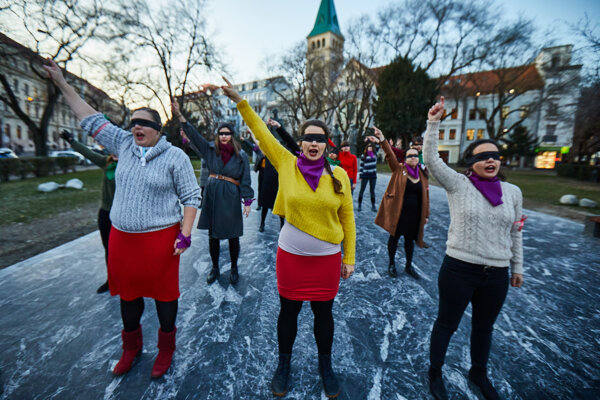 Ženy, ktoré s happeningom Násilník v ceste vystúpili na Námesti SNP v Bratislave