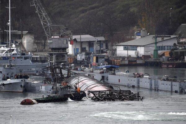Potopený dok aj s ponorkou.