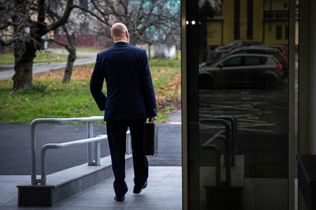 Pavol Rusko odchádza zo súdu.