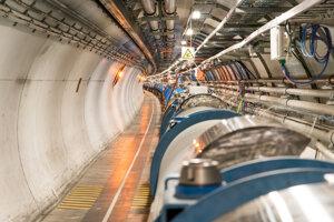 Tunel, v ktorom je uložený Veľký hadrónový urýchľovač. Vpravo je sieť magnetov, ktorá urýchľujú častice uložené v rúrach vo vnútri.