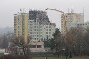 Zo zničenej bytovky ubudla časť vrchných štyroch poschodí. Stav v pondelok po 15. hodine.