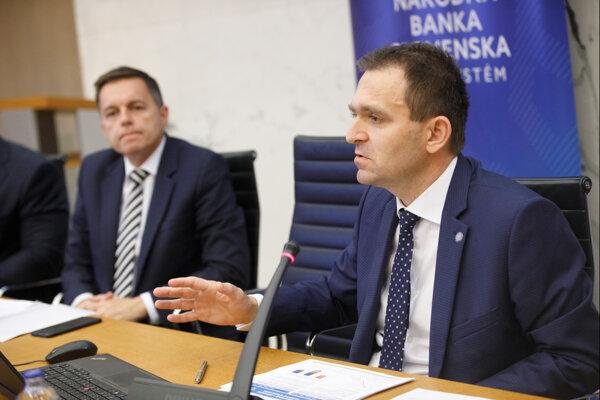 Zľava: Guvernér NBS Peter Kažimír a viceguvernér NBS Ľudovít Ódor.